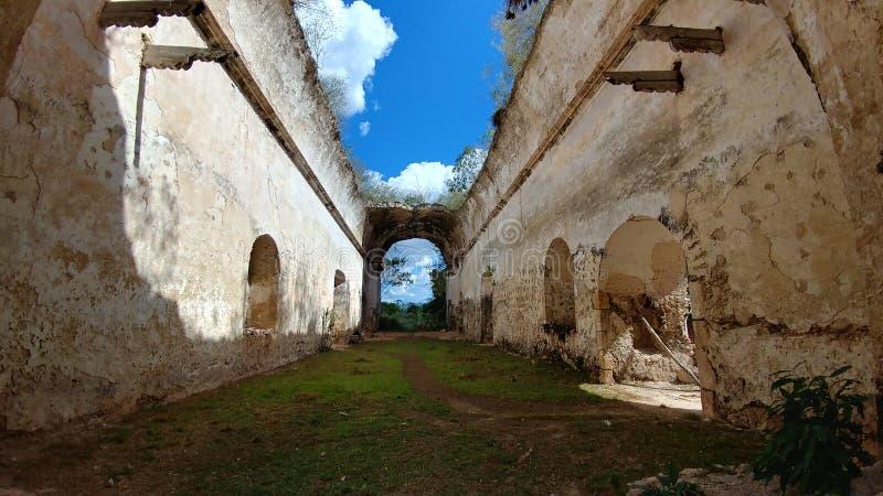 Binnenland van een oude kerkruïnes, Mexico royalty-vrije stock foto's