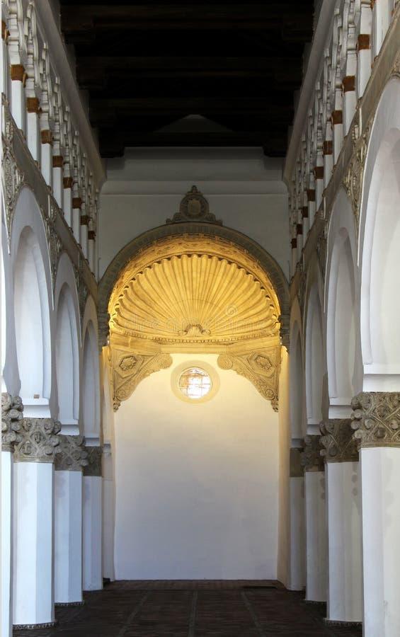Binnenland van een oude synagoge, vleklicht stock foto's
