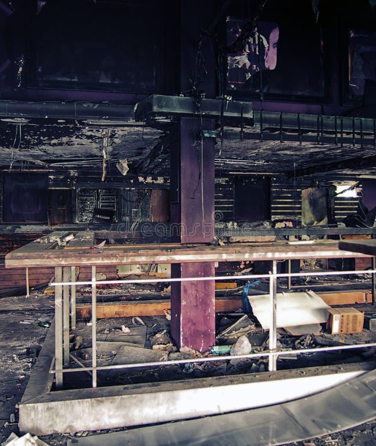 Binnenland van een oude verlaten verlaten nachtclub stock afbeelding