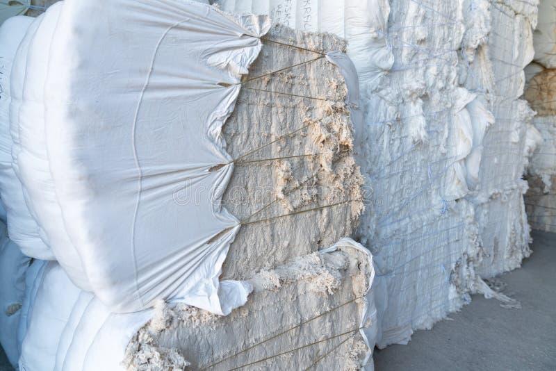 Binnenland van een pakhuis Gestapeld afval textielschroot in Balen stock afbeeldingen