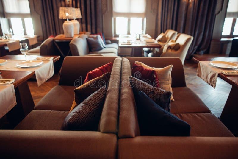 Binnenland van een restaurant, uitstekende stijl, houten klassiek meubilair royalty-vrije stock foto