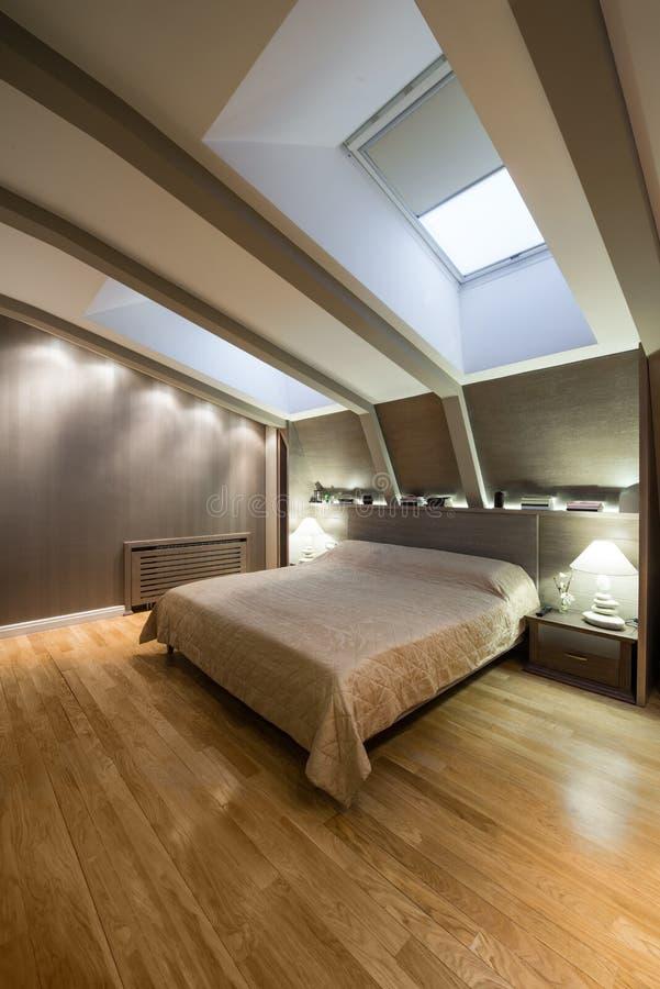 Binnenland van een schoonschijnende luxeslaapkamer in de zolder stock foto's