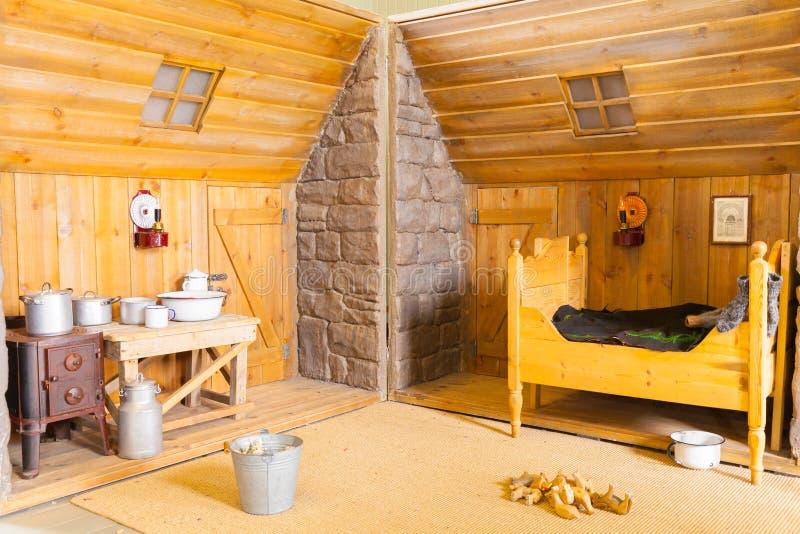 Binnenland van een slaapkamer van een oud Ijslands blokhuis stock afbeelding