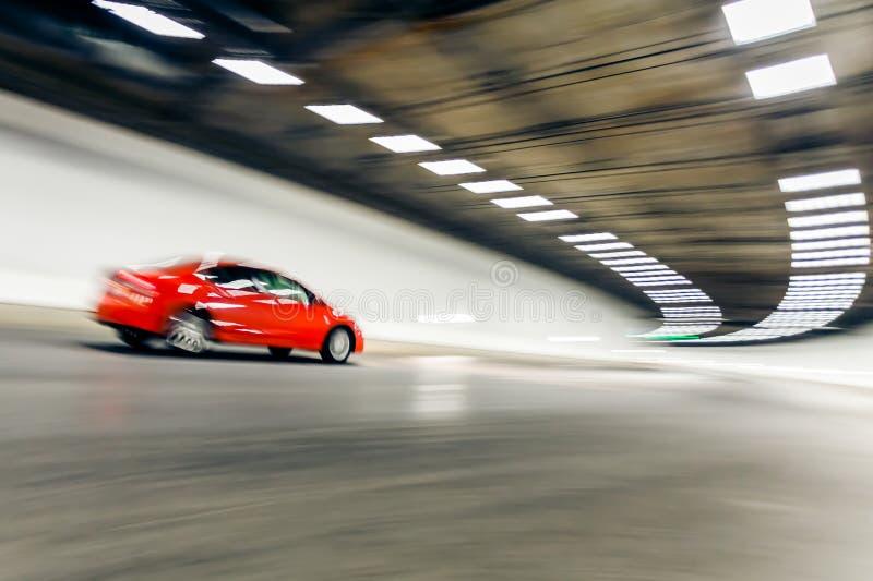 Binnenland van een stedelijke tunnel met auto, motieonduidelijk beeld royalty-vrije stock foto