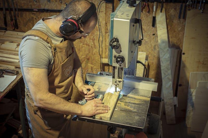 Binnenland van een timmerwerkworkshop, timmerman het werken stock foto's