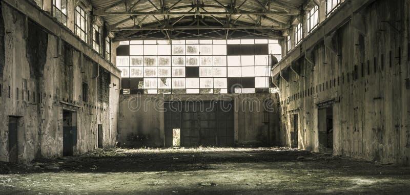 Binnenland van een verlaten productiezaal in Tarnita, Roemenië stock foto