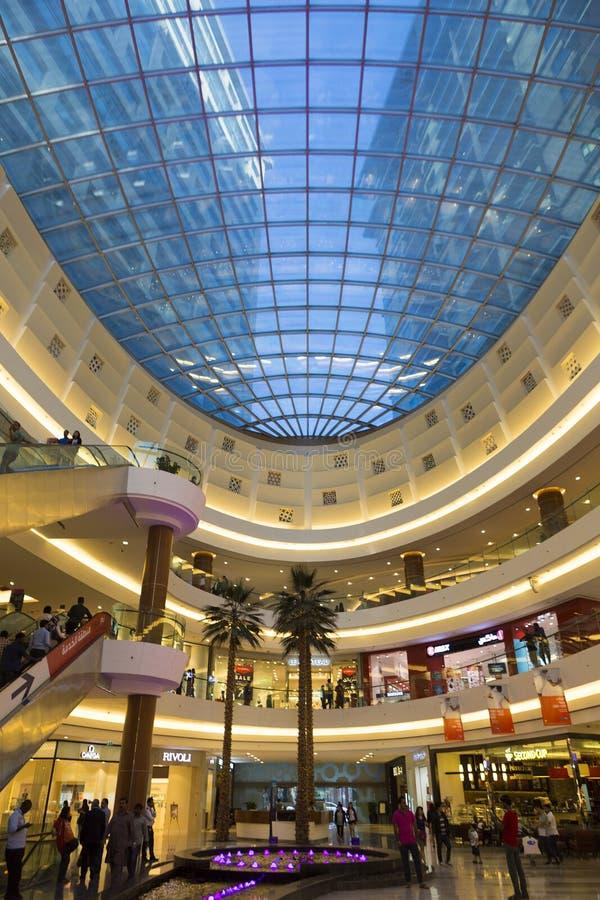 Binnenland van een winkelcomplex in Doubai stock fotografie