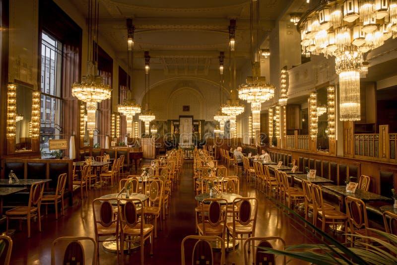 Binnenland van elegant restaurant in art decostijl - Praag, Tsjechische Republiek royalty-vrije stock foto's