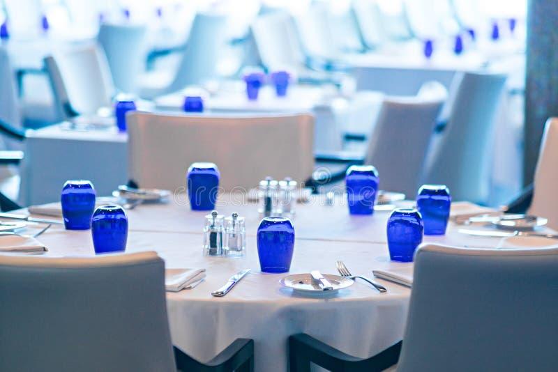 Binnenland van fijne luxueuze eetkamer in restaurant stock afbeeldingen