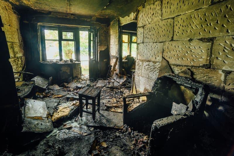 Binnenland van gebrand door brandflat in een flatgebouw, gebrand meubilair royalty-vrije stock afbeelding