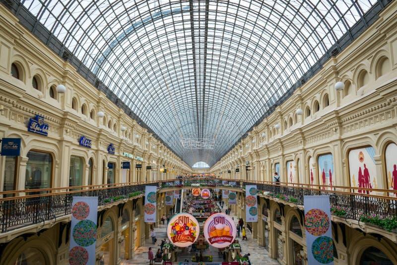 Binnenland van GOMwinkelcomplex bij Rood Vierkant in Moskou, Rusland royalty-vrije stock fotografie