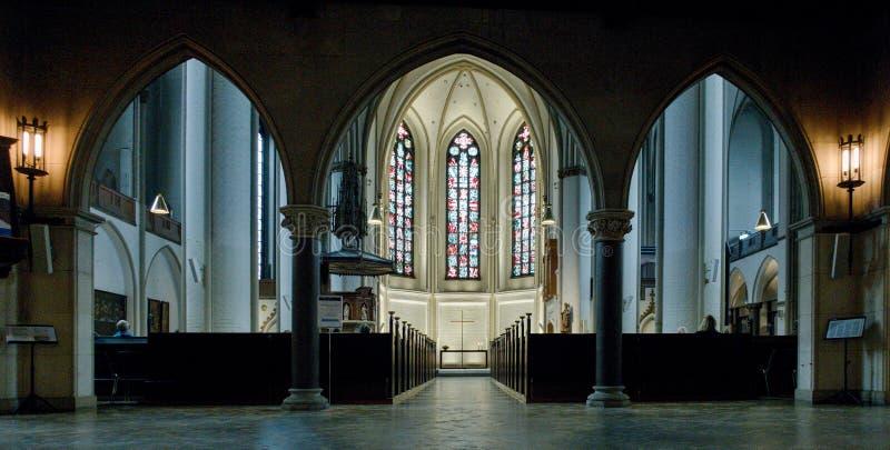 Binnenland van gotische kerk Hauptkirche St Petri in Hamburg stock foto's