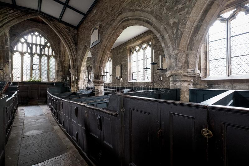 Binnenland van Heilige Drievuldigheidskerk, York het UK De foto toont de originele, zeer zeldzame, houten doosbanken waar de fami royalty-vrije stock afbeeldingen