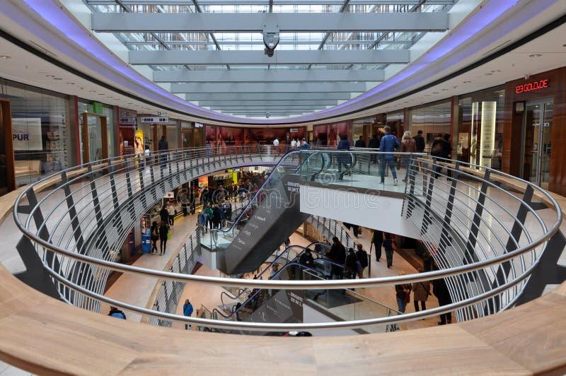 Binnenland van het moderne winkelcentrum royalty-vrije stock afbeeldingen