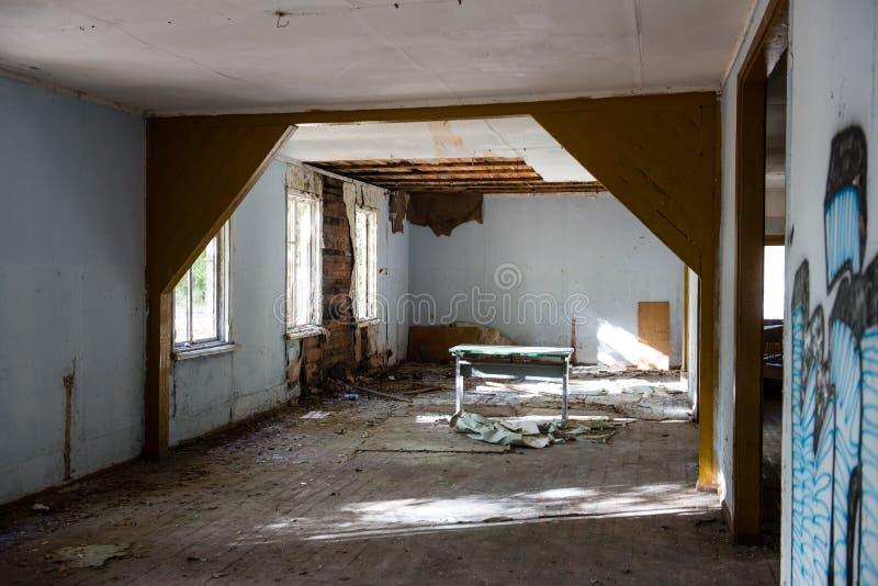 Binnenland van het oud verlaten sovjetziekenhuis royalty-vrije stock foto's