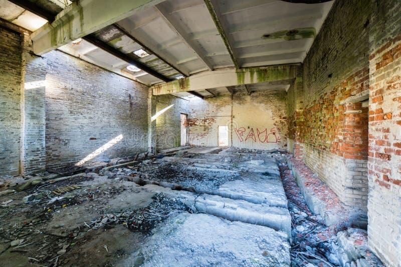Binnenland van het oud verlaten sovjetziekenhuis stock afbeelding