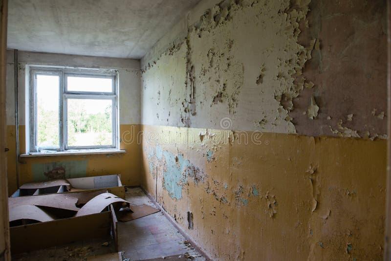 Binnenland van het oud verlaten sovjetziekenhuis royalty-vrije stock fotografie
