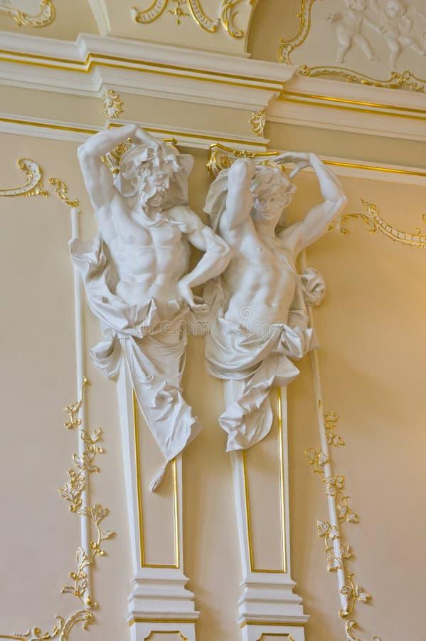Binnenland van het paleis met standbeelden ondersteunend het plafond en de mooie gipspleister royalty-vrije stock foto
