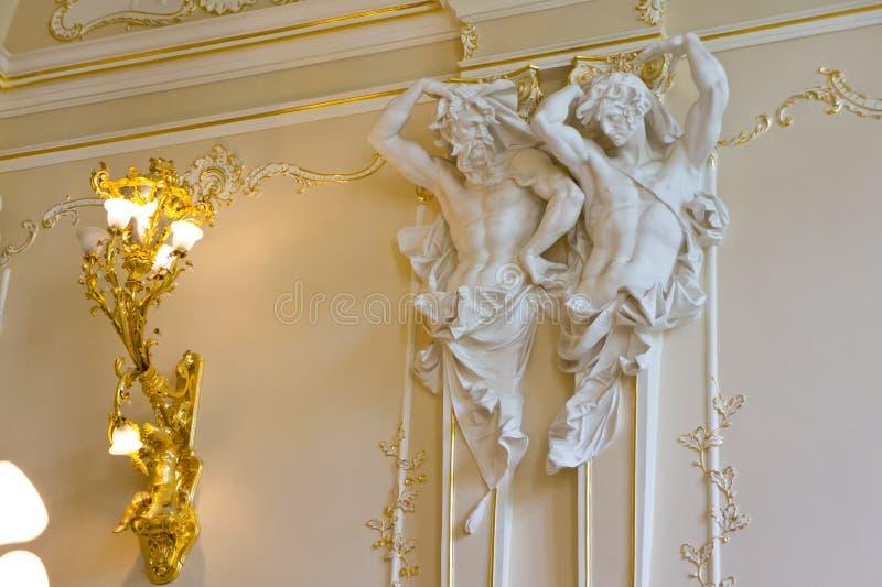 Binnenland van het paleis met standbeelden ondersteunend het plafond en de mooie gipspleister stock foto