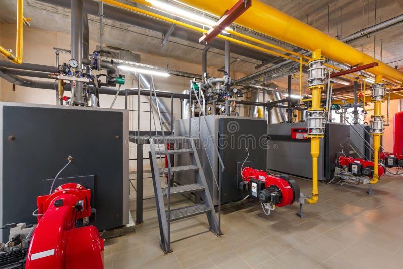 Binnenland van industrieel, gasketelruim met boilers; pompen; sensoren en een verscheidenheid van pijpleidingen stock afbeeldingen