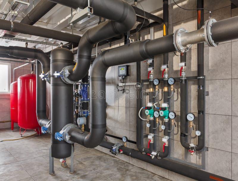 Binnenland van industrieel, gasketelruim met boilers; pompen; sensoren en een verscheidenheid van pijpleidingen royalty-vrije stock foto's
