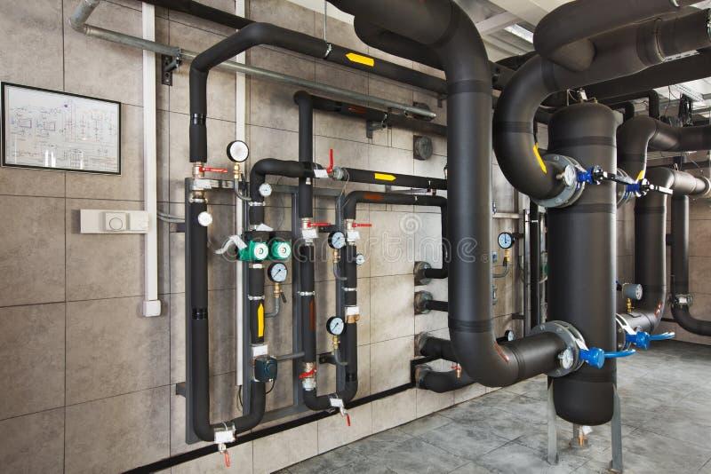 Binnenland van industrieel, gasketelruim met boilers; pompen; sensoren en een verscheidenheid van pijpleidingen royalty-vrije stock afbeelding