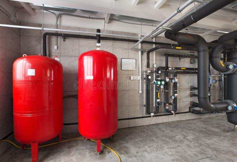 Binnenland van industrieel, gasketelruim met boilers; pompen; sensoren en een verscheidenheid van pijpleidingen stock foto