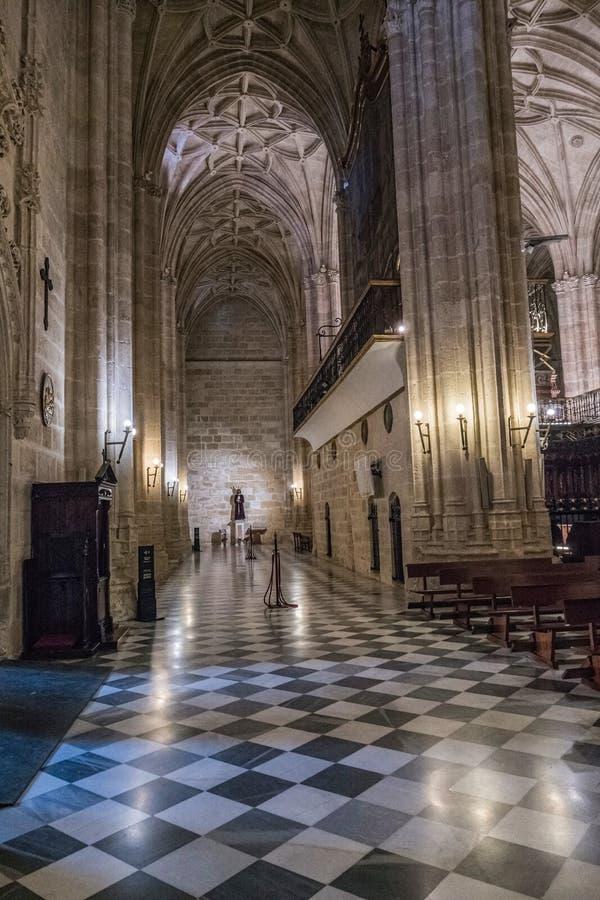 Binnenland van Kathedraal van de incarnatie, detail van kluis door gerichte die bogen, grond wordt door tegels van wit en zwart m royalty-vrije stock fotografie