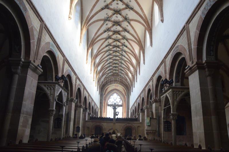 Binnenland Van Kerk Die Onderaan Doorgang Kijken Gratis Openbaar Domein Cc0 Beeld