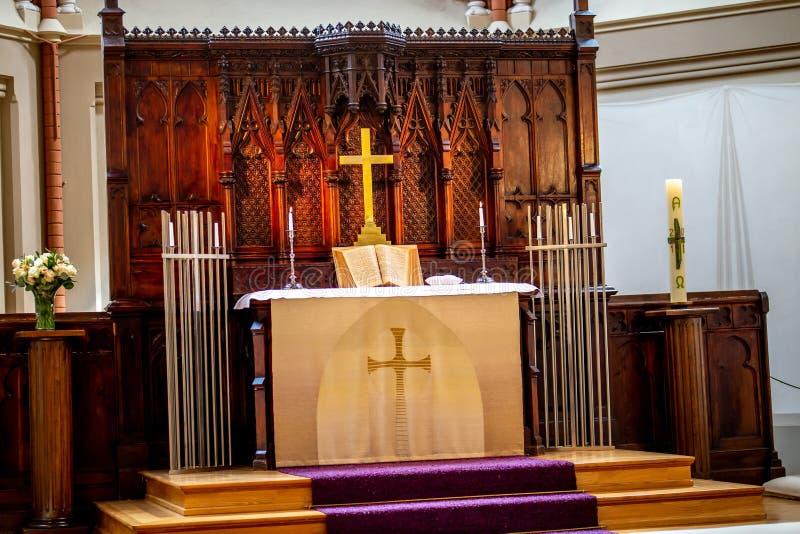 Binnenland van kerk vóór huwelijksceremonie stock foto's