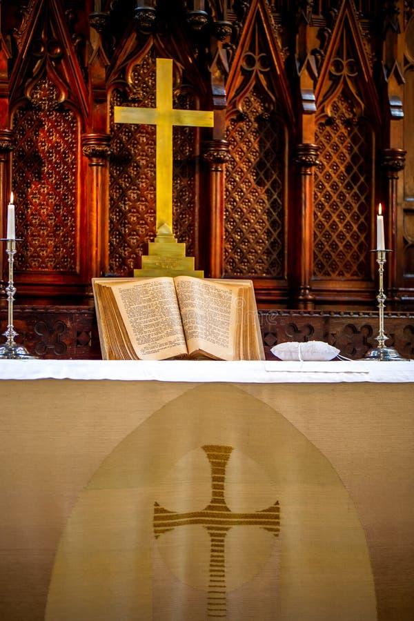 Binnenland van kerk v??r huwelijksceremonie stock afbeeldingen
