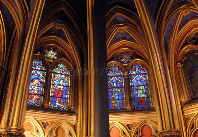 Binnenland van Kerkla sainte-Chapelle met prachtige gebrandschilderd glasvensters Parijs Frankrijk stock afbeelding
