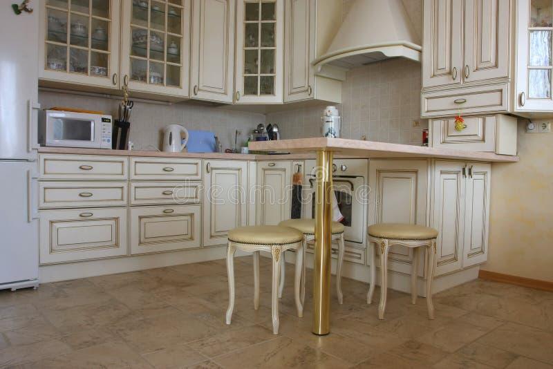 Binnenland van keuken met een binnen lijst en tablewares royalty-vrije stock fotografie