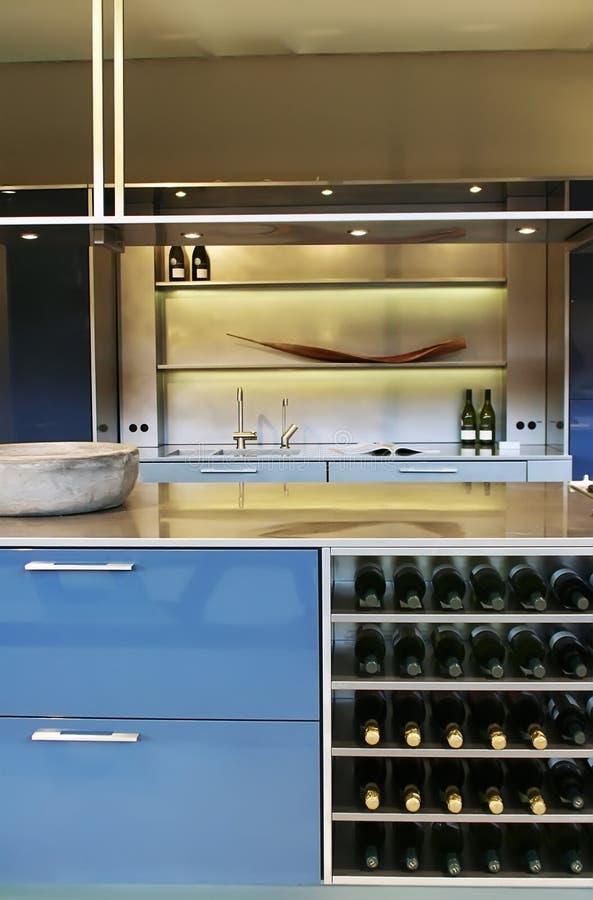 Binnenland van keuken met wijn stock foto