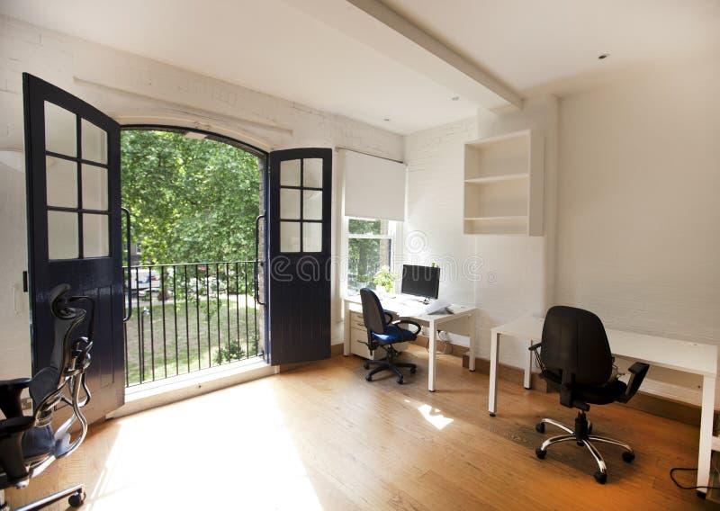 Binnenland van leeg bureau met bureaus en stoelen stock afbeeldingen