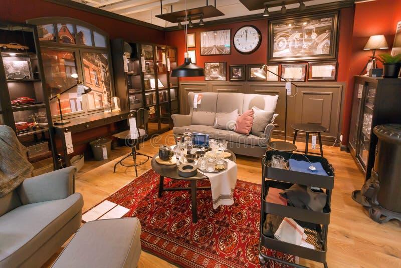 Binnenland van lmodern woonkamer in grote IKEA-opslag met meubilair, decor en vele producten voor huis stock foto's
