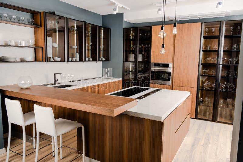 binnenland van luxe houten keuken met comfortabel meubilair royalty-vrije stock afbeeldingen
