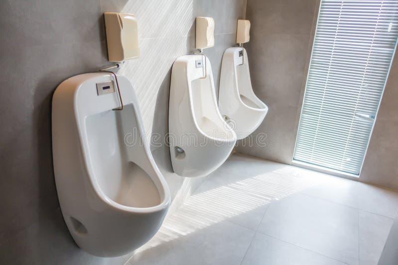 Binnenland van mensen openbaar toilet royalty-vrije stock afbeeldingen