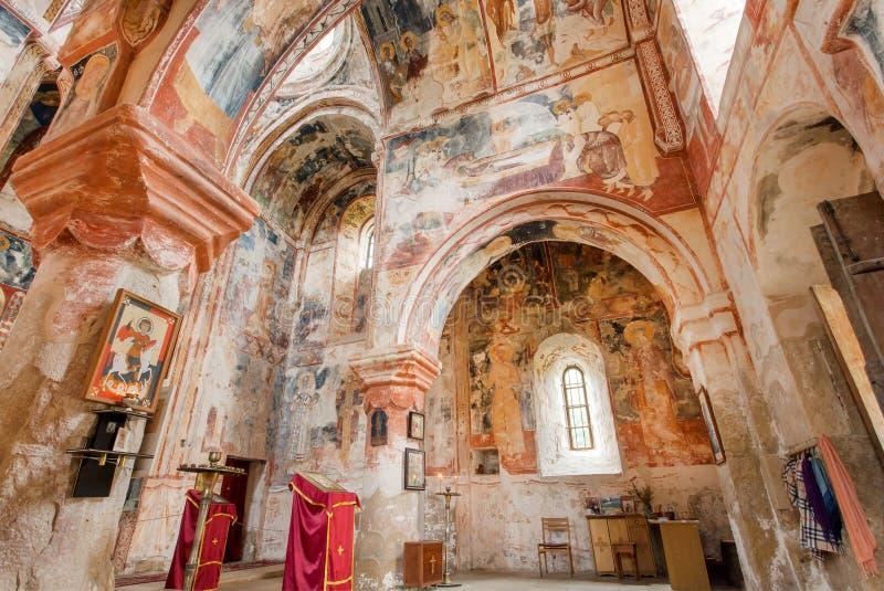 Binnenland van middeleeuwse ingebouwde kerk van het oude Orthodoxe klooster Gelati, 12de eeuw, Georgië stock foto