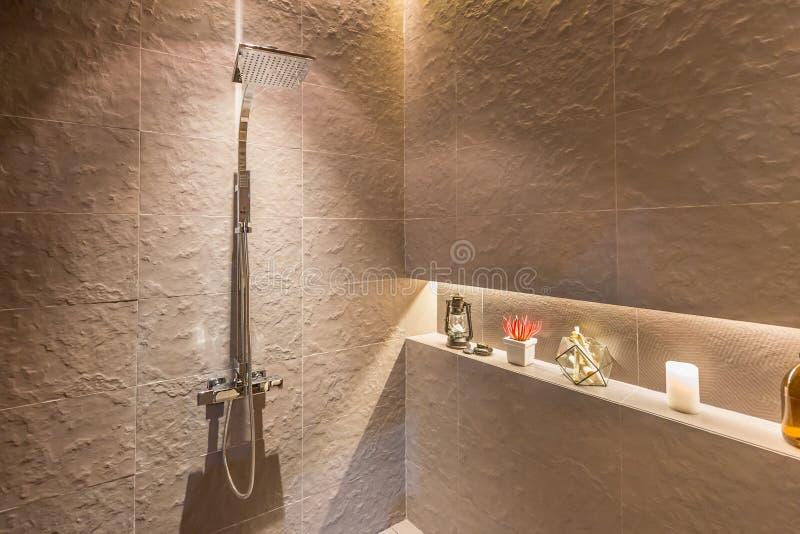 Binnenland van modern douchehoofd in badkamers thuis Modern ontwerp stock afbeeldingen