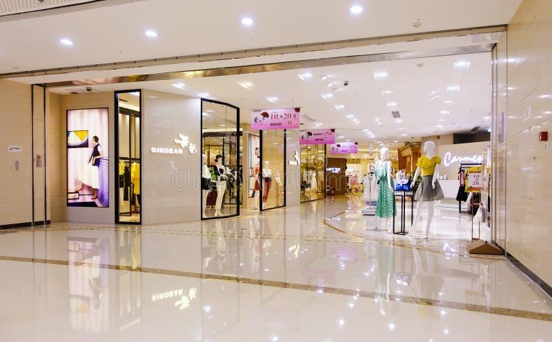 Binnenland van modern winkelcentrum stock afbeeldingen