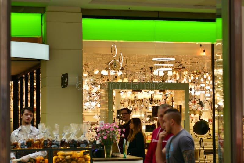 Binnenland van modern winkelcentrum Arkadia stock foto's