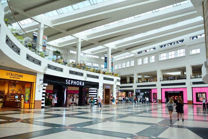 Binnenland van modern winkelcentrum Galeria Arkadia royalty-vrije stock foto