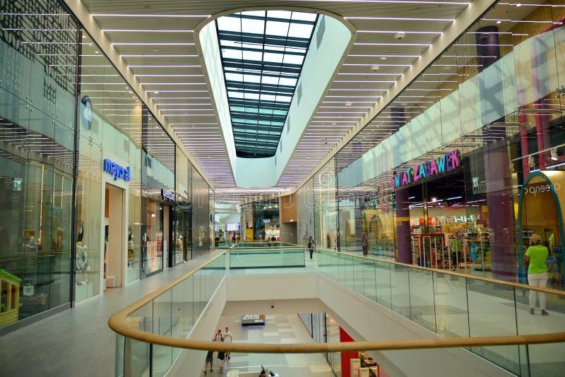 Binnenland van modern winkelcentrum Galeria Mlociny stock foto