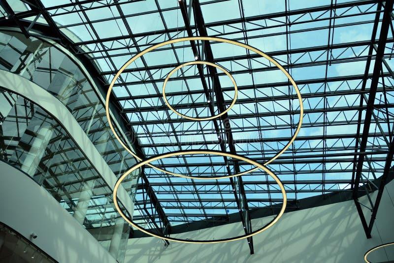 Binnenland van modern winkelcentrum Galeria Mlociny stock afbeelding