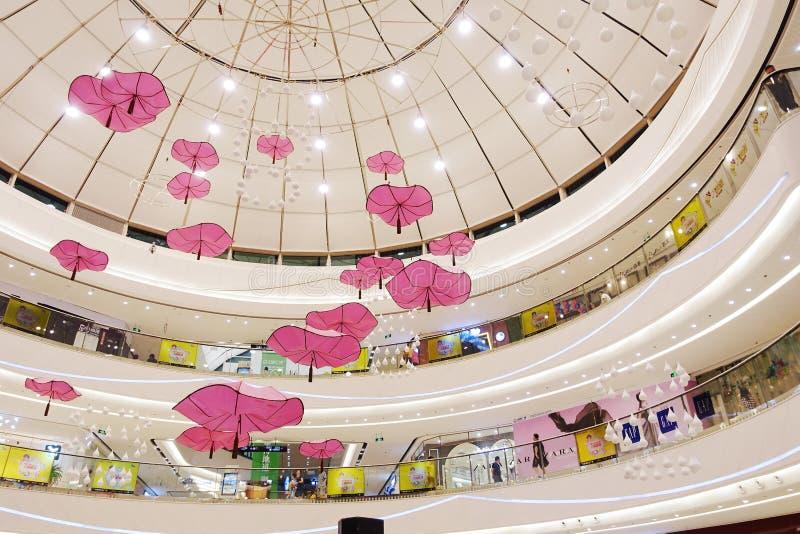 Binnenland van modern winkelcomplex stock fotografie
