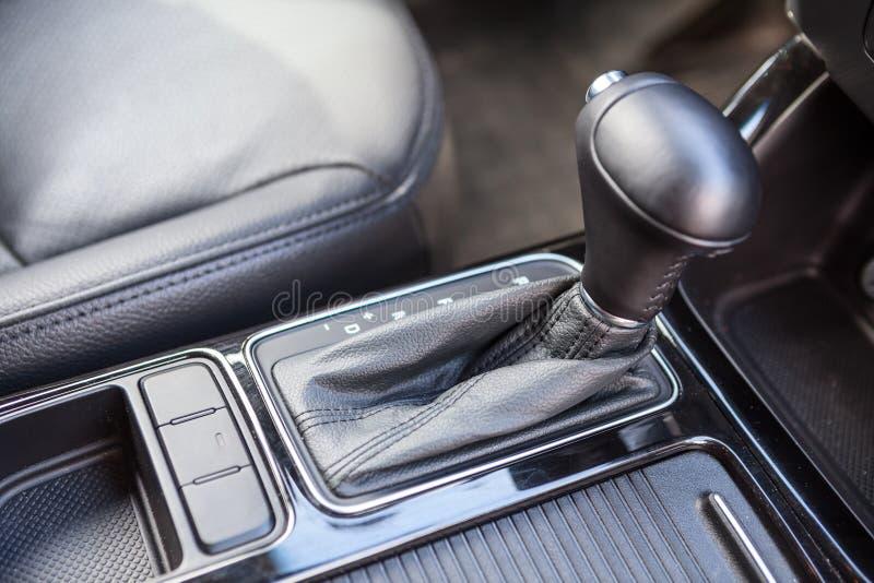 Binnenland van moderne auto met automatische versnellingsbak stock foto
