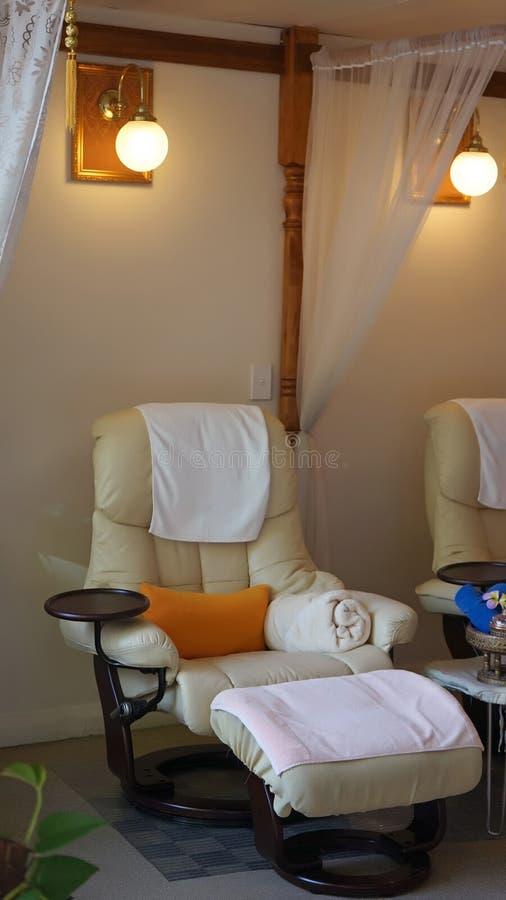 Binnenland van moderne Aziatische style spa salon: van de voetmassage of pedicure stoel stock afbeeldingen