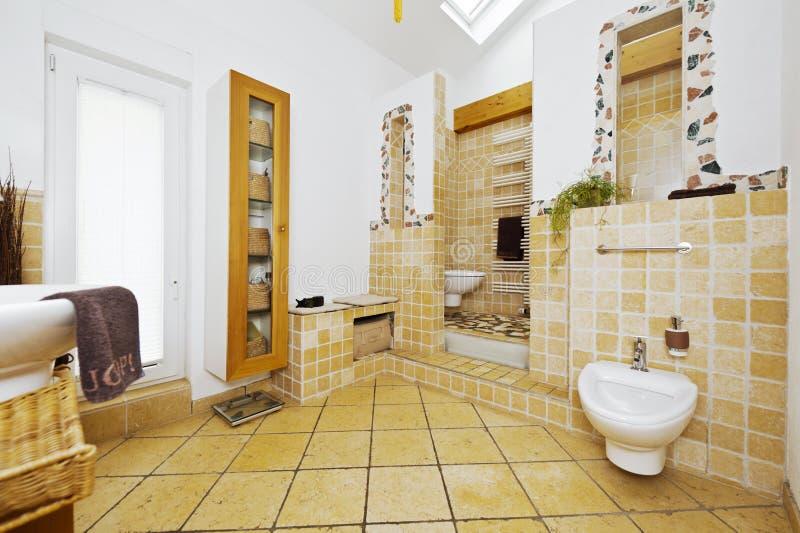 Binnenland van moderne badkamers met mediterrane stijltegels stock afbeeldingen