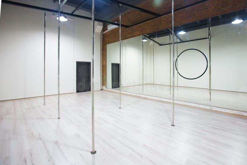 Binnenland van moderne dansende studio voor pooldans royalty-vrije stock afbeelding